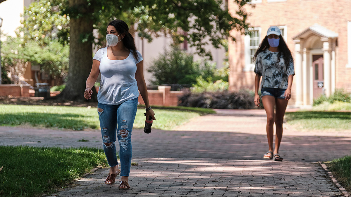 Students wearing masks on the UNC-Chapel Hill Campus