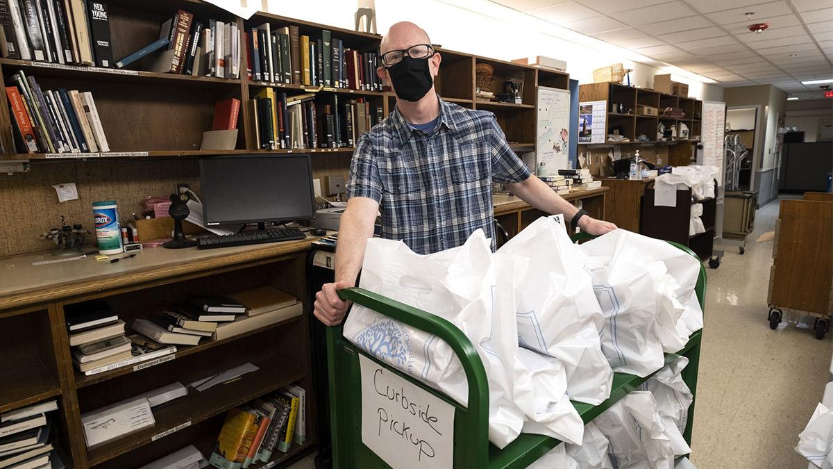 Joe Mitchem readies books for curbside pickup at Davis Library. (Jon Gardiner/UNC-Chapel Hill)