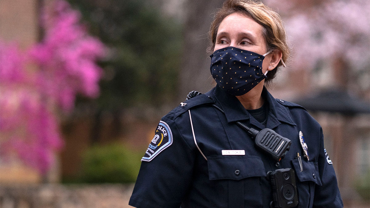 Female police officer wearing a covid mask.